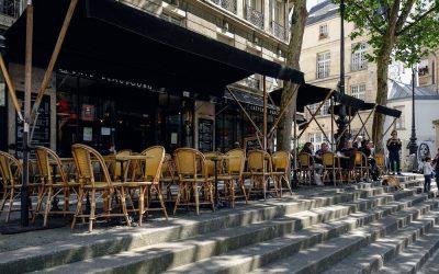 飲食店のテラス席・テイクアウトなどの路上営業に対する道路占有料を免除。